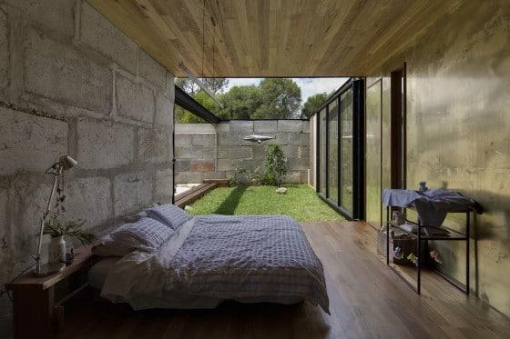 Diseño de dormitorio rústico con salida a terraza
