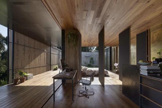 Paneles que se abren en interior de casa rural