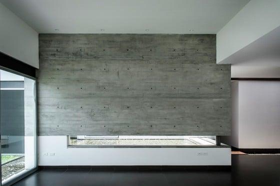 Muro de concreto expuesto en interior de casa