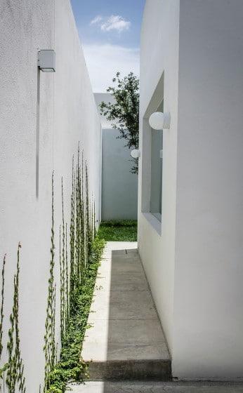Pasadizo exterior de casa moderna