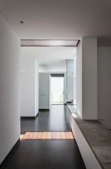 Pasadizo interior con pisos cerámicos