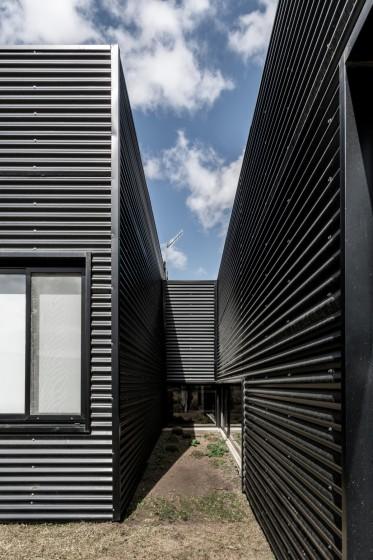 Paneles corrugados para fachadas en construcción de casas