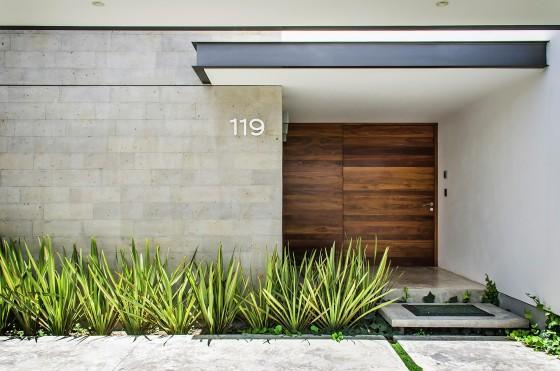 Puerta de madera grande principal de casa moderna