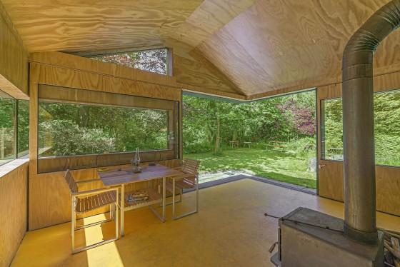 Cabaña con interiores de madera natural