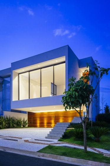 Fachada de moderna con gran ventana segundo piso
