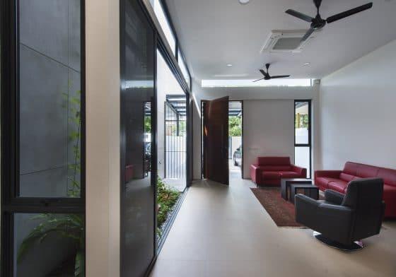 Diseño de sala sencilla y moderna bien iluminada