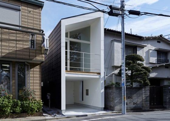 Fachada de casa angosta de dos plantas