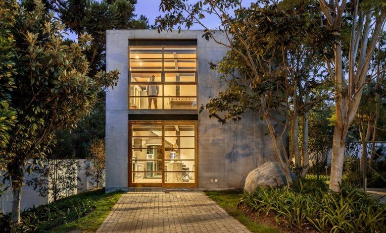 Photo of Diseño de pequeña casa de dos pisos construida en hormigón, uso de sistema constructivo económico y funcional