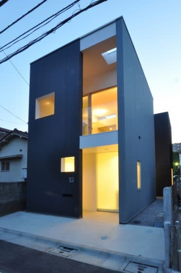 Fachada moderna casa angosta dos pisos