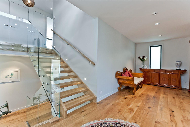 Dise o casa moderna dos piso madera metal construye hogar - Diseno escaleras interiores modernas ...