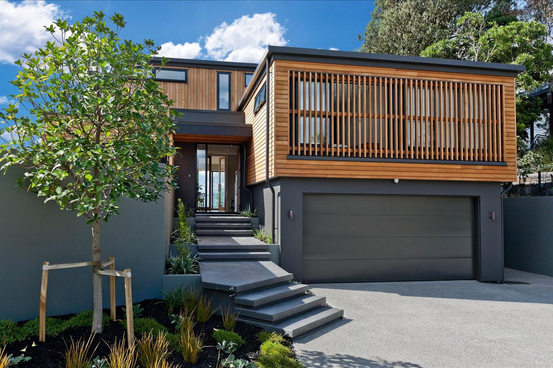 Dise o casa moderna dos piso madera metal construye hogar for Pisos de inmobiliarias