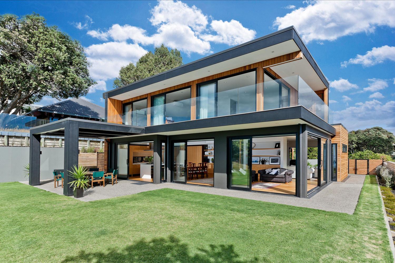 Dise o casa moderna dos piso madera metal for Fachada de casa moderna de un piso