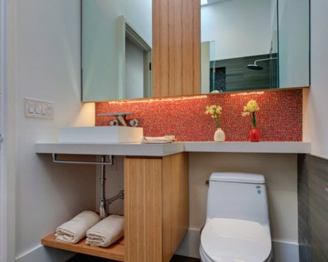 Pequeña estantería en baños modernos