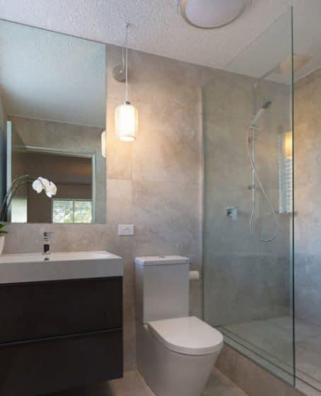 Diseño de cuarto de baño pequeño y sobrio