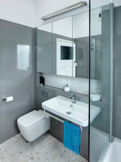 Cuarto de baño pequeño con cerámicos grises y sanitarios blancos
