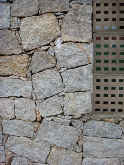 muro-de-piedra-rustico-con-baldosas-de-hormigon