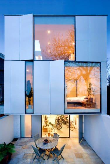Fachada casa moderna con grandes ventanas