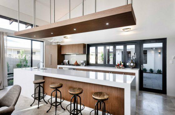 Diseño de cocina moderna con encimeras blancas