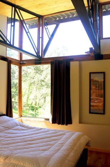 Diseño dormitorio con techo alto casa campo