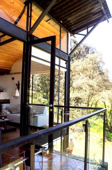 Fachada con estructura de acero y vidrio