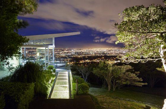 Casa moderna con vista a ciudad noche