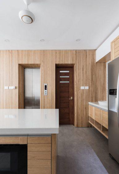 Acabados de madera tono natural en cocina