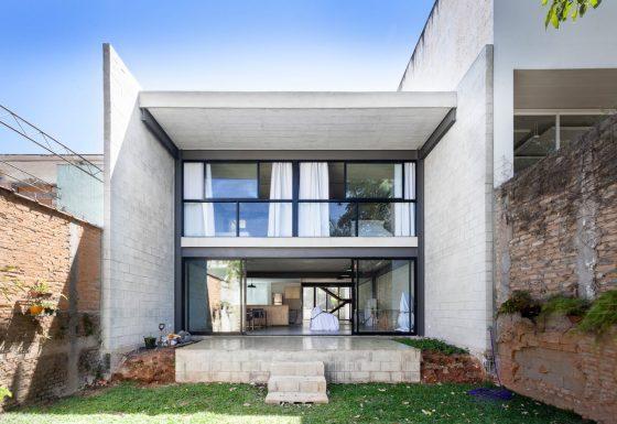 Fachada casa moderna bloques de hormigón y acero