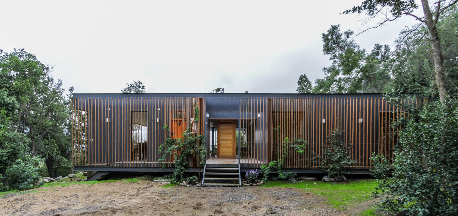 Fachada de casa de campo moderna madera y metal