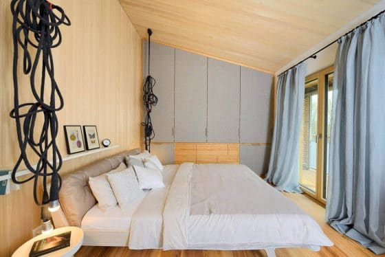 Diseño de dormitorio con paredes y techos de madera