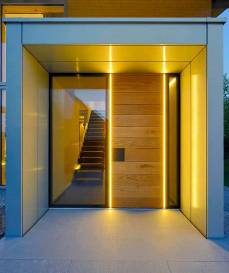 Puerta iluminada en ingreso principal