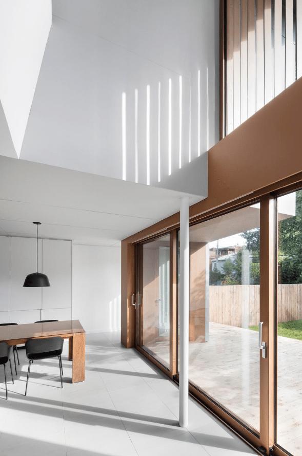 Diseño de techo a doble altura casa moderna