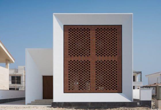 Fachada casa moderna con celosías