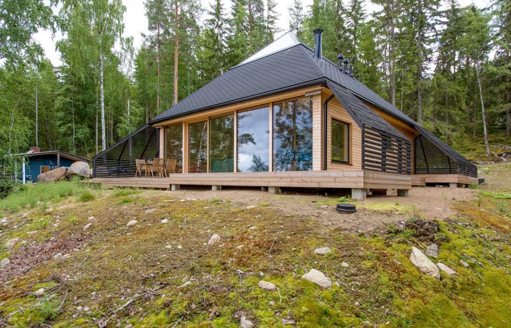 Original casa de campo de forma piramidal construida con for Casas de campo de madera