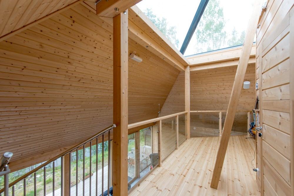 Original casa de campo de forma piramidal construida con - Casas de campo madera ...