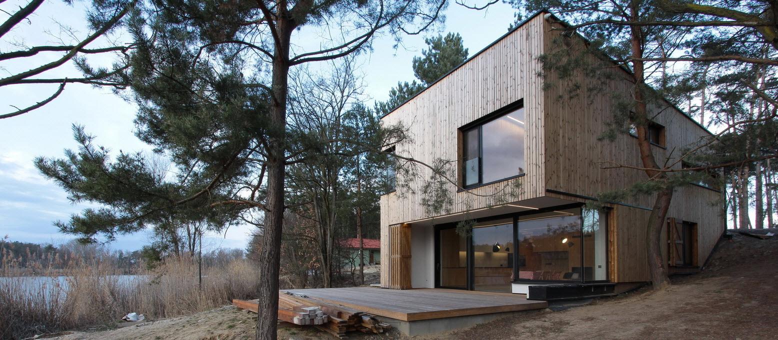 Dise o de casa de campo peque a con moderna estructura de for Disenos de casas de campo pequenas