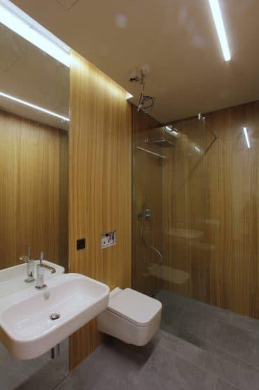 Diseño cuarto de baño con madera