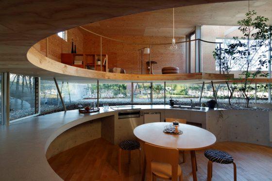 Diseño de cocina circular con mesa central