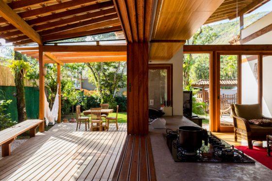 Diseño interior con techo inclinado madera