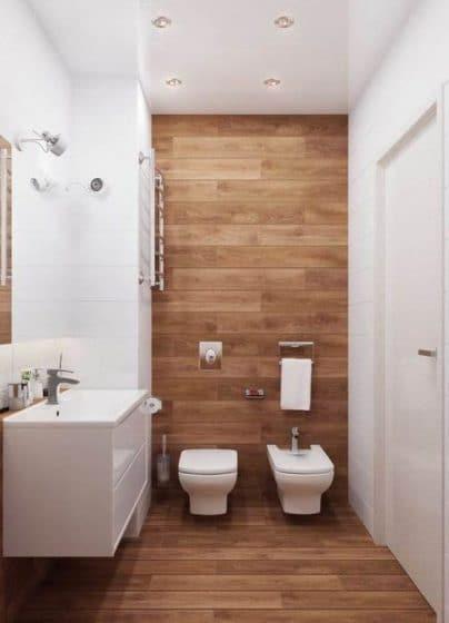 Azulejos blancos y madera pequeño cuarto de baño