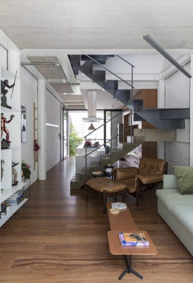 Diseño de sala cocina divididos por escalera central