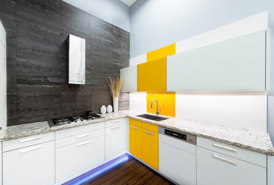 Diseño de cocina luminosa con contraste de colores