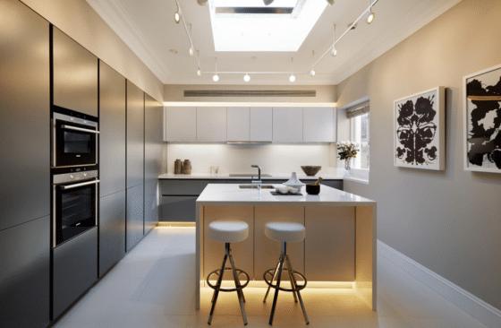 Diseño de cocina lujo con isla iluminación artificial