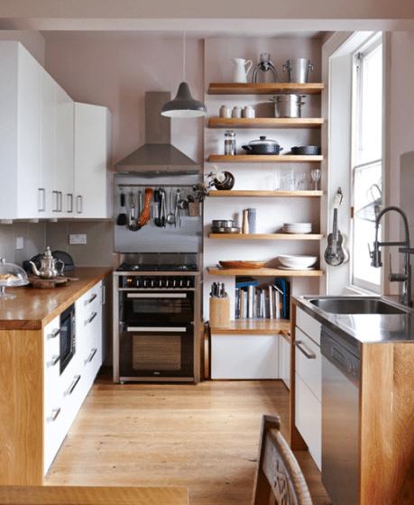 Diseño de cocina pequeña y practica con estantes y muebles altos y bajos
