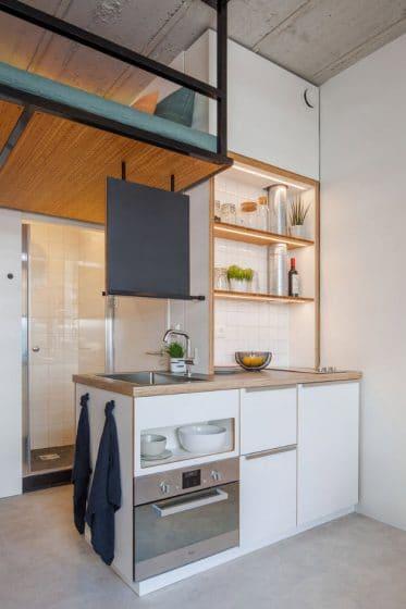 Pequeña cocina minimalista iluminada