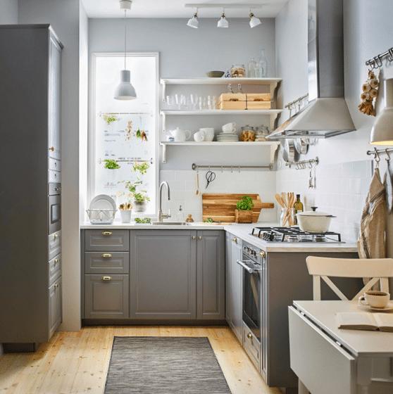 Pequeña y practica cocina en forma de L con estantes