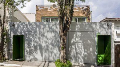 Photo of Casa de dos plantas con sencillos y pulidos acabados de ladrillo y hormigón