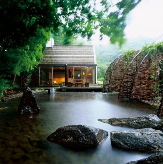 Cabaña con fuente de agua