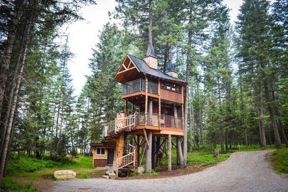 İki katlı ağaç ev