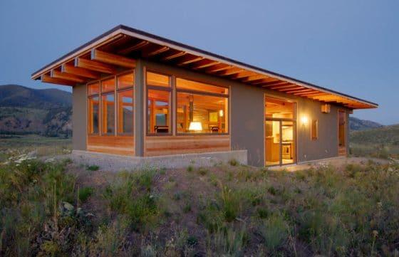 Casa pequeña moderna de madera ubicada en desierto