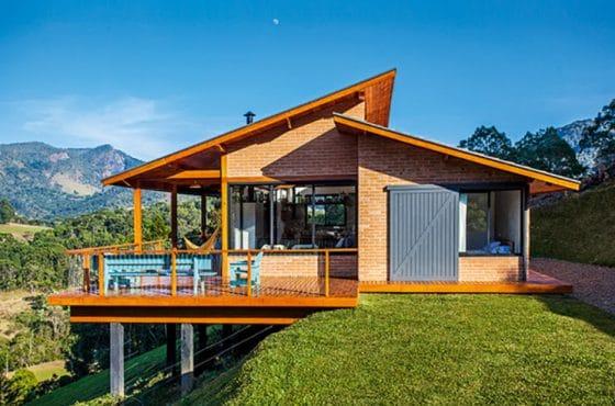 Casa en montaña de ladrillo y techos inclinados